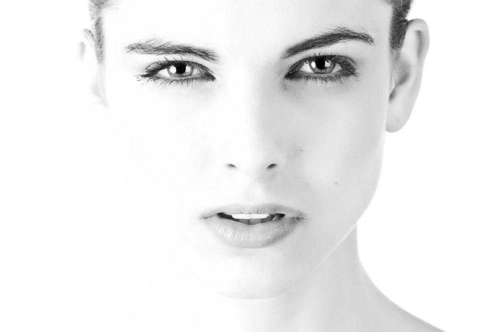 Augenbrauentransplantation | Frau mit vollen eleganten Augenbrauen